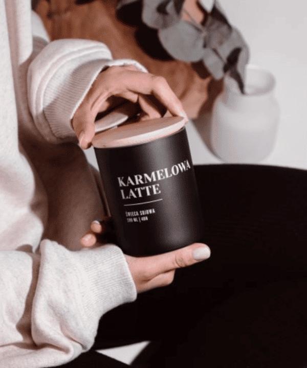 świeca sojowa karmelowa latte czarne szkło