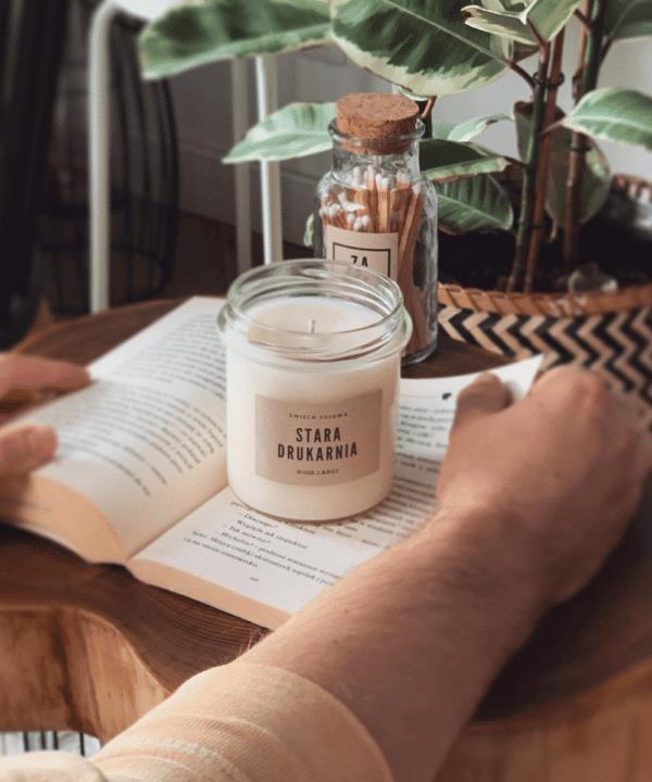 świeca o zapachu książki